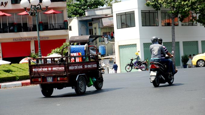 xe ba banh chay tren duong dien bien phu